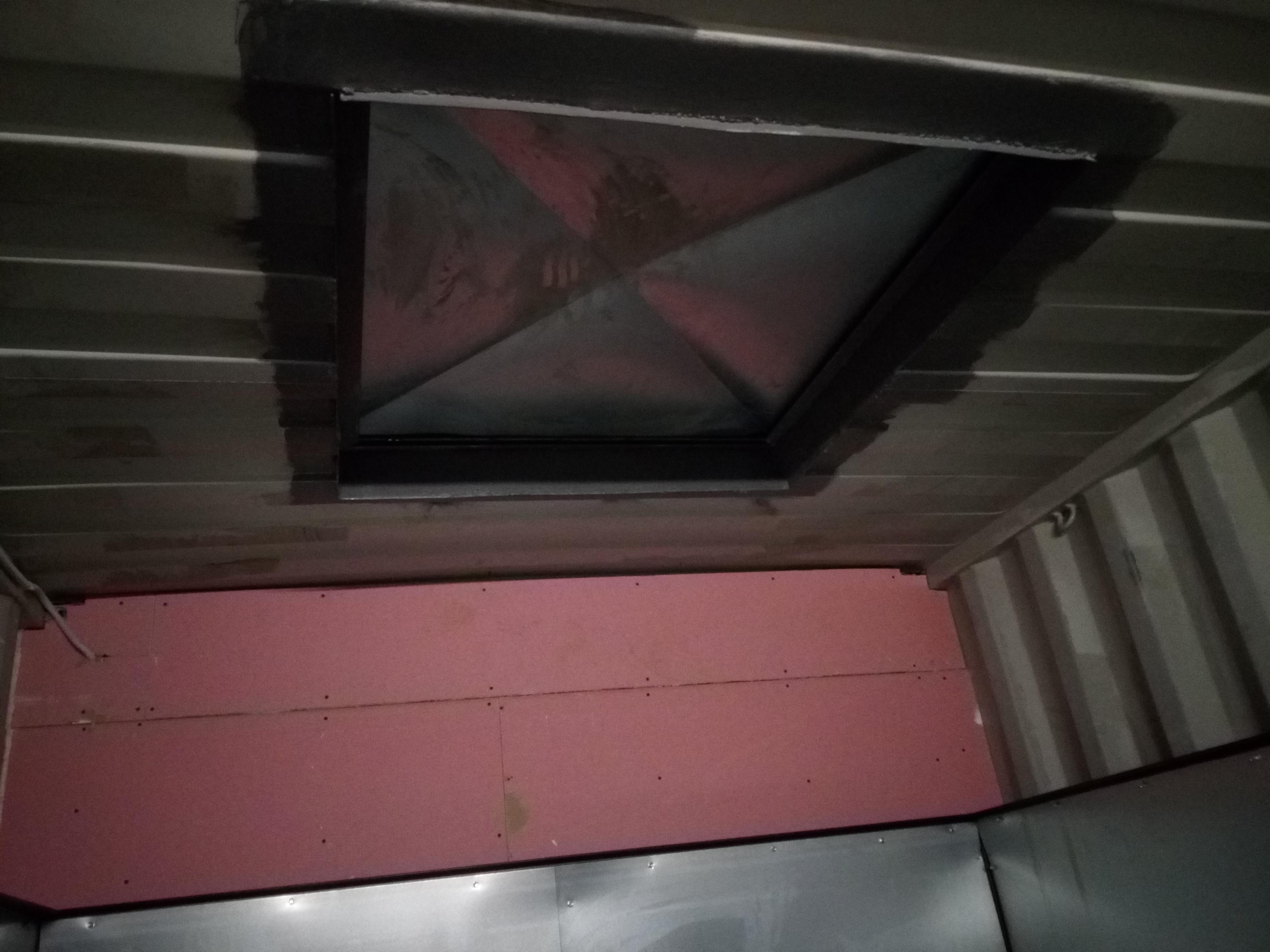 Granulių konteinerio papildymui per stogą.